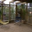 自然の中に溶け込んだハイデッキとパーゴラの庭