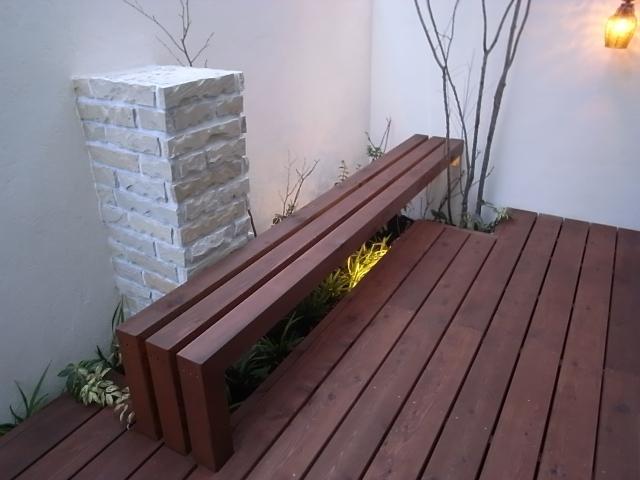 ウッドのベンチが浮かびあがる