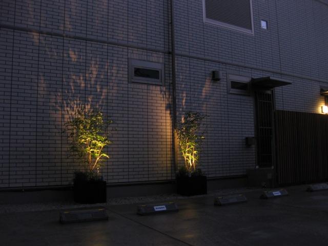 外壁に映る光と影