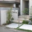 日陰の玄関先を緑豊かに演出するシェードガーデン