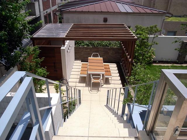 1階・2階リビングと庭をつなぐ、プライベートな空間のテラス