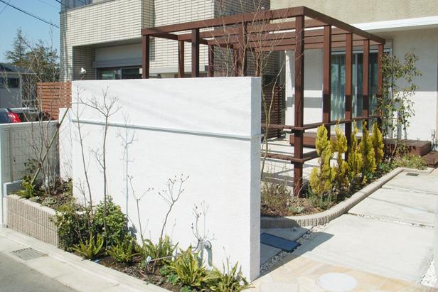 白い大壁が映えるテラス・ガーデン